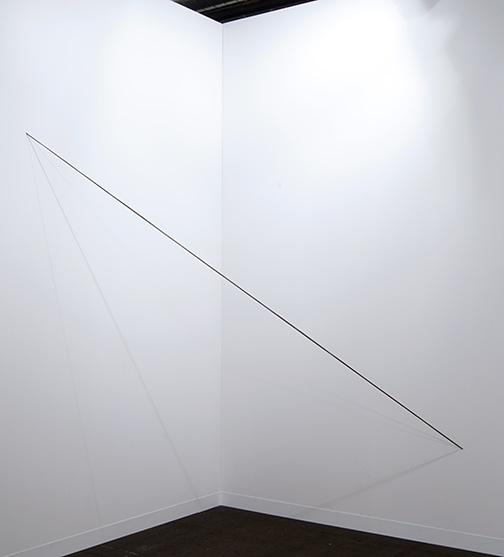 Fred Sandback / Fred Sandback Untitled  1975 243,8 x 182,9 x 182,9 cm black acrylic yarn, four strands, parallel, not twisted