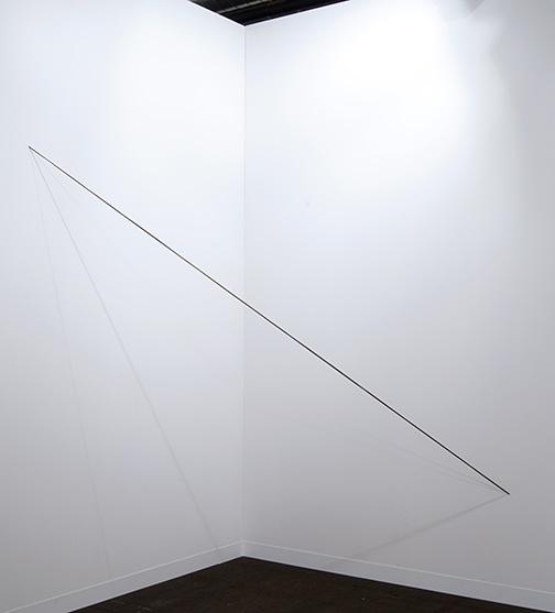Fred Sandback / Fred Sandback Untitled  1975 243,8 x 182,9 x 182,9 cm black acrylic yarn, four strands, parallel, not twisted