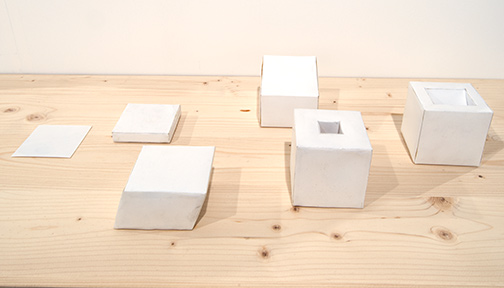 Richard Tuttle / Richard Tuttle Untitled (Six Part Reduction from Cube to Plane)  1969 22,8 x 30,5 cm paper cubes in a plexiglas case