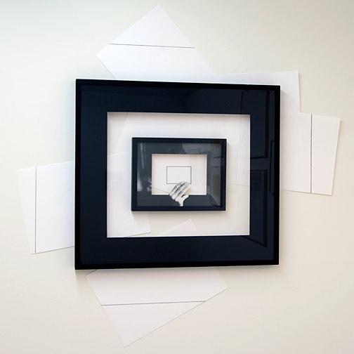 Giulio Paolini / Giulio Paolini Il Disegno in Persona  1998 139 x 134 cm; Rahmen 73,5 x 82.5 cm Bleistift auf Papier, gerahmt mit einem schwarzen Passepartout, gerahmt mit einem fotografischen Passepartout, Collage auf der Wand