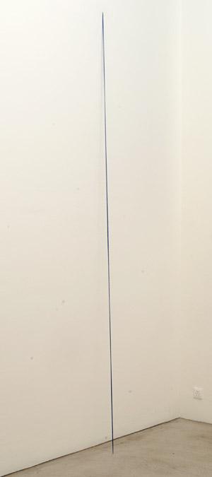 """Fred Sandback / Fred Sandback Untitled  1974 335.3 x 10.2 x 22.9 cm / 132 x 4 x 9 """" Acrylgarn, ultramarinblau"""