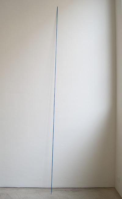 """Fred Sandback / Fred Sandback Untitled  1974 335.3 x 10.2 x  22.9 cm / 132 x 4 x 9 """" acrylic yarn,ultramarinblue"""