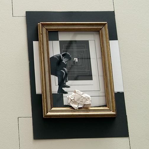 Giulio Paolini / Da «Lezione di pittura»  2009  40 x 30 cm vergoldeter Rahmen, Bleistift und Collage auf Papier und auf der Wand