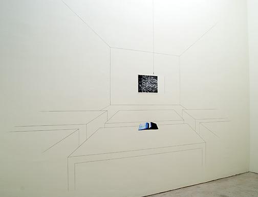 Giulio Paolini / Aula di disegno (Happy Days)  2006  Dimensionen variabel Fotografie, Digitalprint, Plexiglasplatte, schwarzer Bleistift, Bleistift und Collage auf der Wand